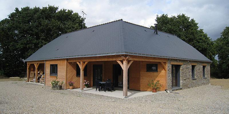maison bois teinte naturel avec préau