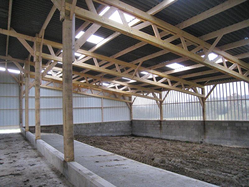 hangar charpente bois recouvert de fibre-ciment