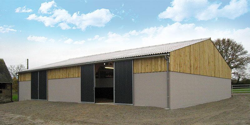 Hangar fermé bardage bois toit tôles