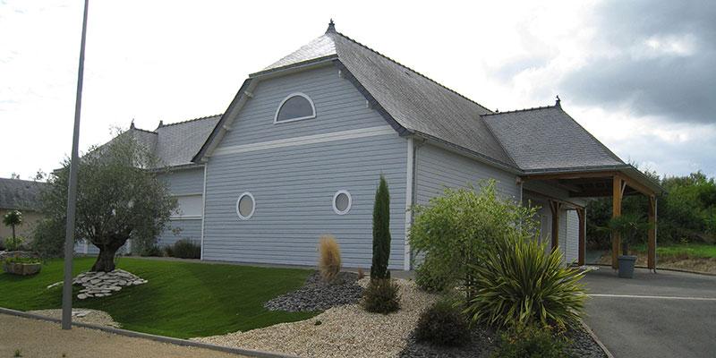 maison bois bardage bleu hublots
