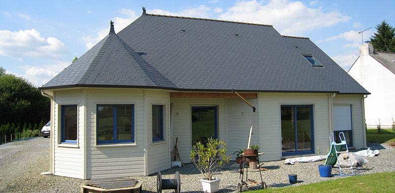 maison bois avancée fenêtres beige